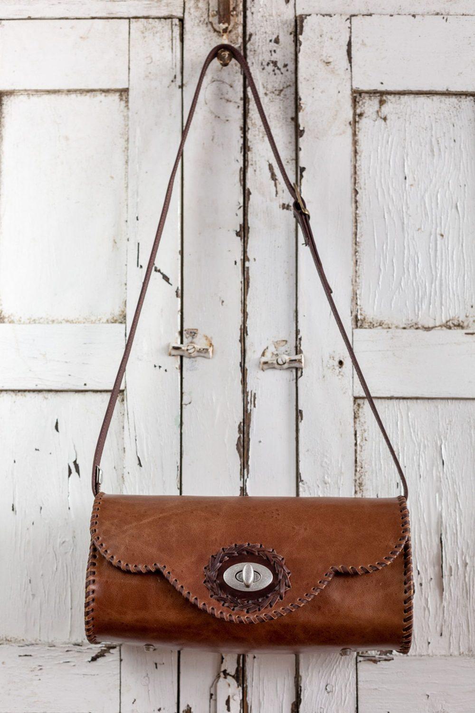 bolso boho marron de piel cosido a mano exclusivo, bandolera redonda tipo barril de cuero , bolso exclusivo rustico, artesanía de lujo española