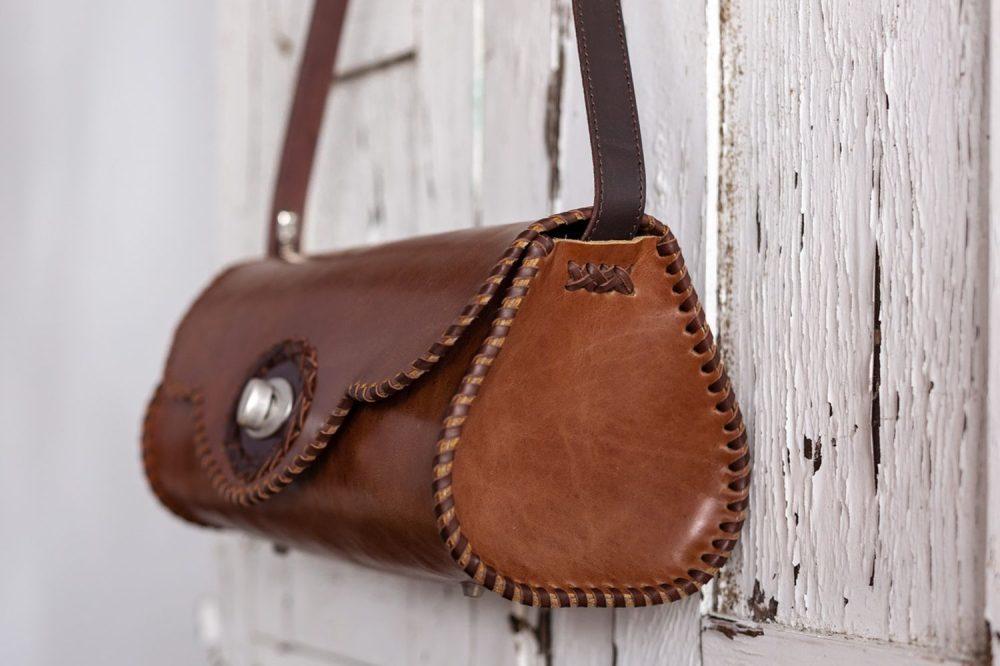 bolso boho marron de piel cosido a mano exclusivo, bandolera redonda tipo barril de cuero , bolso exclusivo rustico, artesania de lujo española