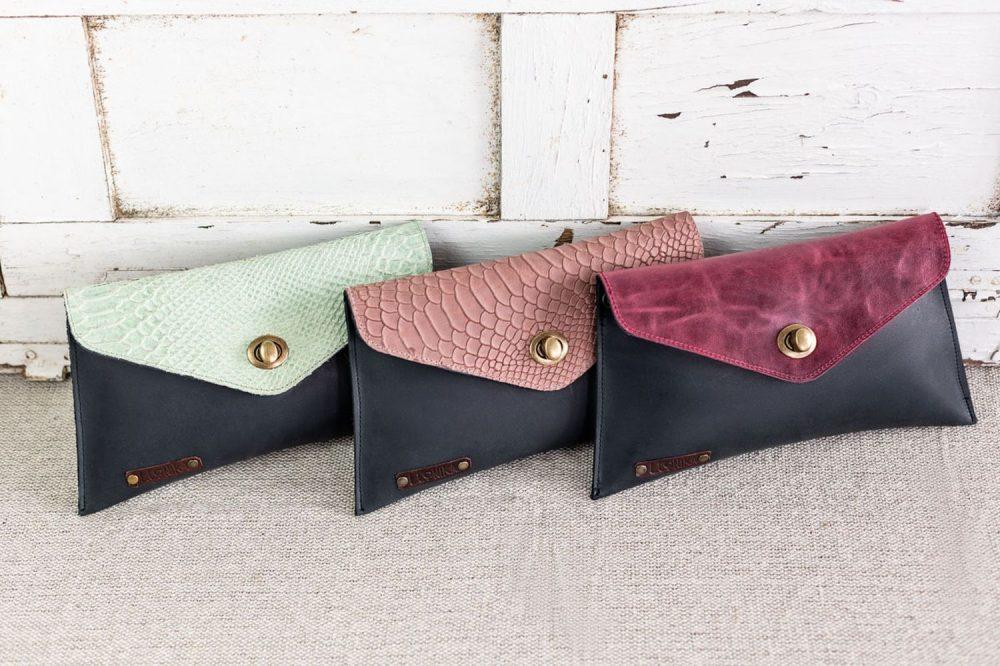 bolsos negros tipo sobre con animal print, bandoleras con cadenas y estampado de serpiente, bolsos bonitos hechos en españa de moda7