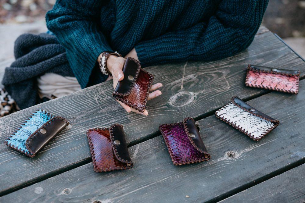 cartera monedero artesanal rosa de piel de vacuno de curtición vegetal con serpiente hechos a mano con piel de calidad estilo boho