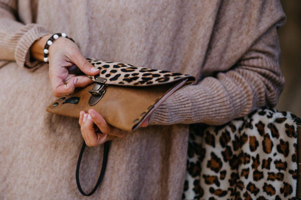 cartera de leopardo para mujer de piel marron artesanal estilo boho con tachuelas estilo rockero hecha en españa, monedero animal print artesania de lujo española con piel de calidad, monero tarjetero para mujer estilo bohemio complemento perfecto para ir a cenar