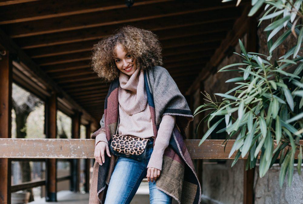 Riñonera Leopardo Piel artesanal, riñonera leopardo Leonika piel para mujer estilo boho con tachas, hecha a mano con cuero de calidad en España