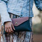 bolso rosa tipo sobre con animal print y cadenas, bandoleras con cadenas y estampado de serpiente, bolsos bonitos hechos en españa de moda