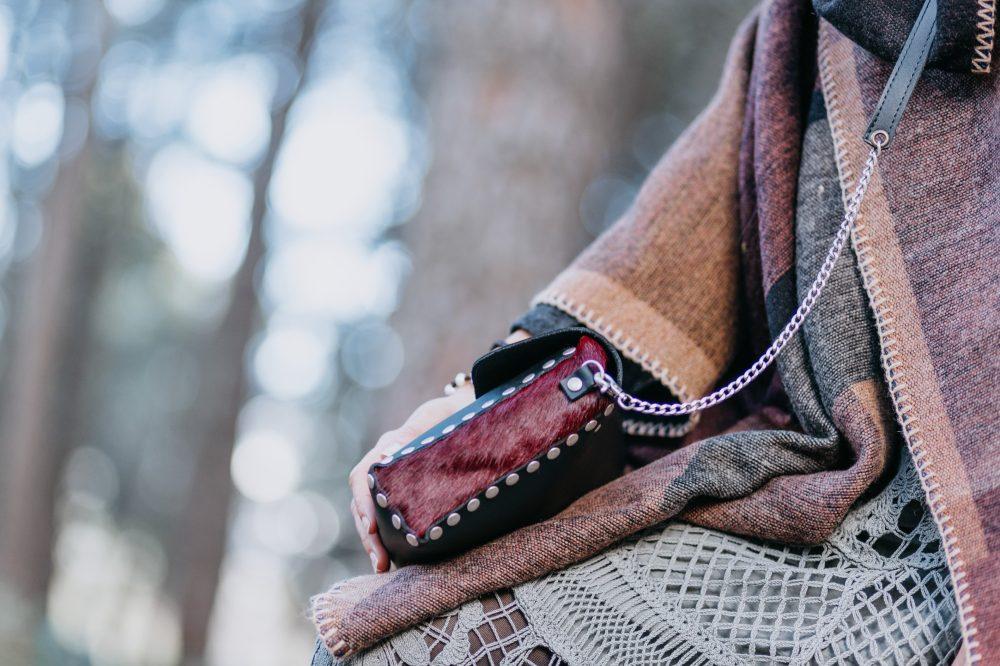 bolso negro y rojo con tachuelas, bandolera con cadenas artesanal estilo boho