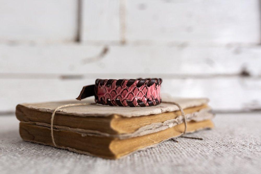 pulsera de serpiente rosa estilo boho street style hecho en madrid pulsera de zamak pulsera de cuero pulsera de hombre pulsera de moda hecho a mano brazalete de piel de serpiente pulsera de serpiente blanca complementos de hombre regalo perfecto regalo original navidad dia del padre artesania de lujo