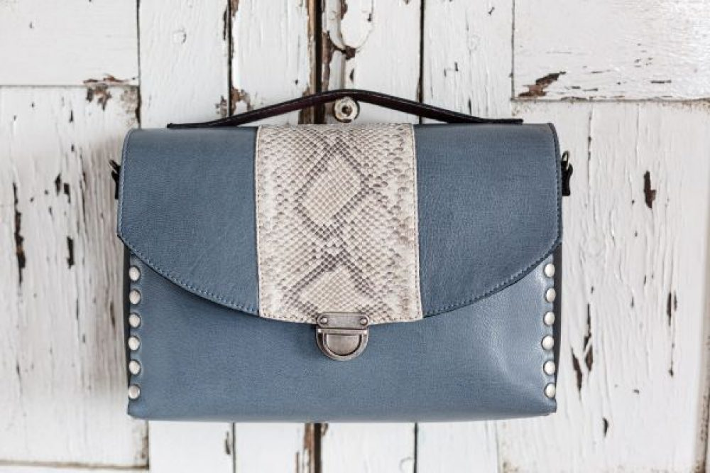 baúl artesanal pitón, bolso serpiente piton, bandolera azul