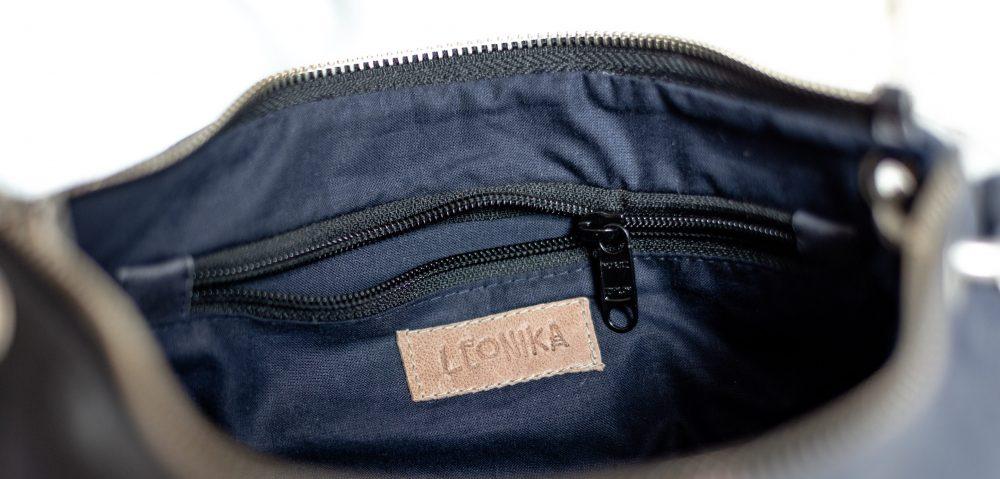 bolso azul de piel baguette con cremallera y forro de tela en el interior, tienda de cuero español, interior de un bolso de calidad artesanal