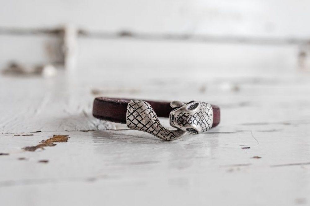 pulsera con serpiente, pulsera con cierre de zamak de serpiente , brazalete con dibujo de perro, pulsera de serpiente, brazalete de piton, pulsera de cuero motera de hombre con pieza de zamak y calabera, pulsera de moda para el hecha a mano, regalo para hombre, pulseras de calidad, pulsera con diseño español, estilo rockero, moda motera