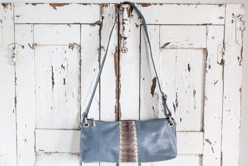 bolso baguette hecho a mano estilo boho bandolera de mujer azul con serpiente tienda de piel cuero español bolsos originales carteras de mujer