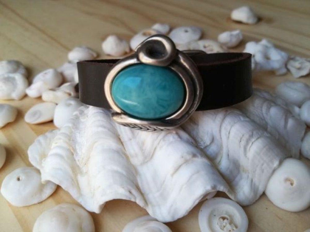 cuero y perla, cuero y caracolas, pulseras de cuero y perla artesanal