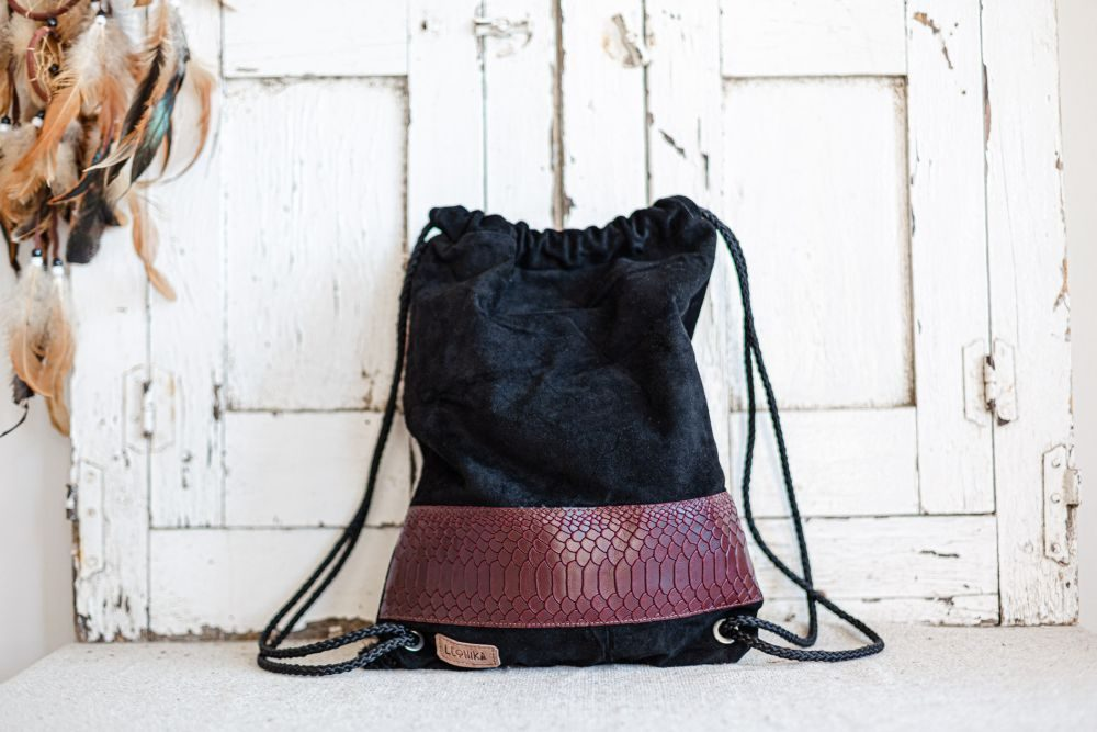mochila artesanal negra y roja