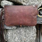 cartera marrón con flecos asa de bambu boho, cartera mujer con flecos