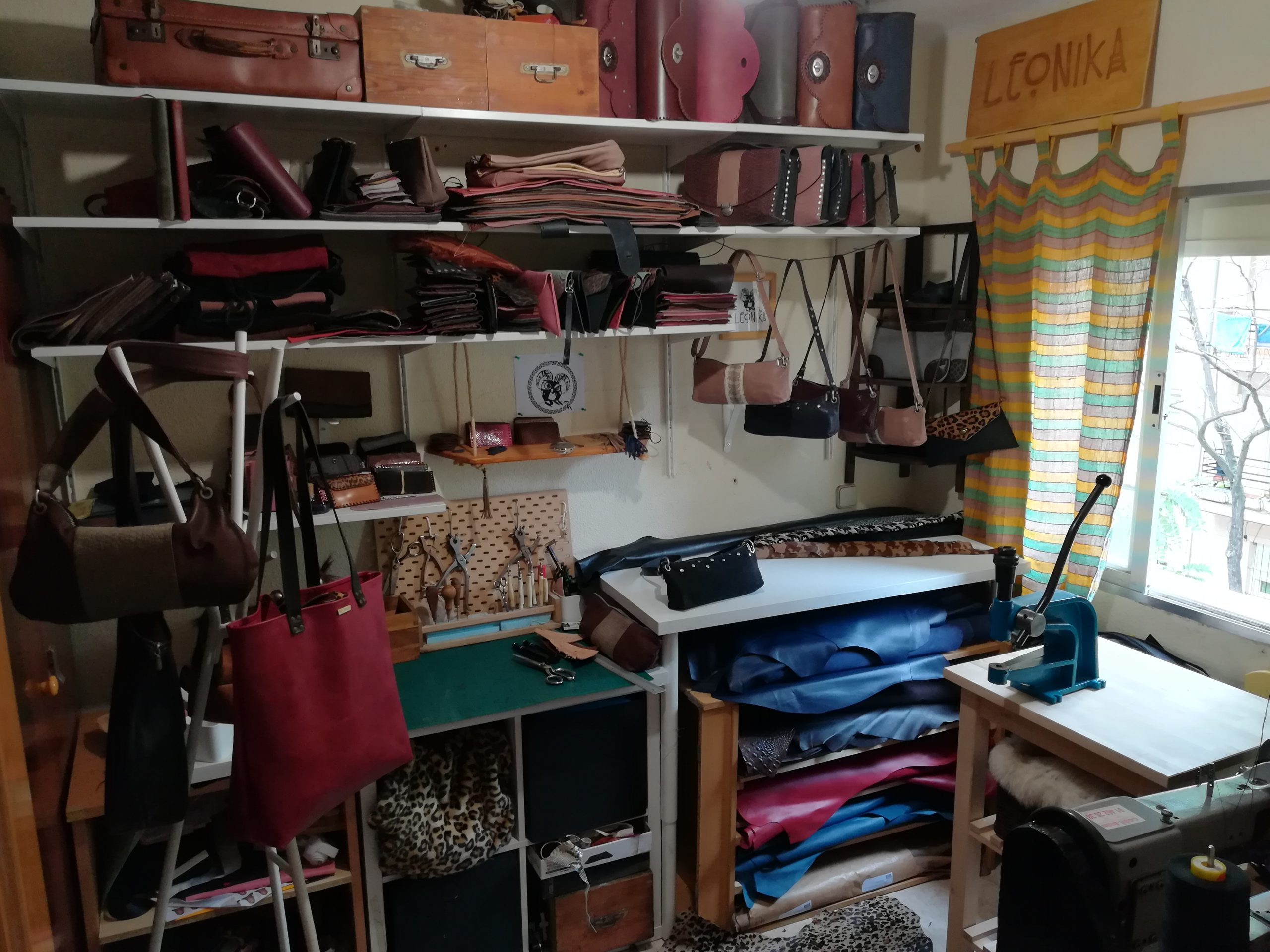 elaboración artesanal Leonika piel, taller de piel artesano Leonika, artesanas DOS