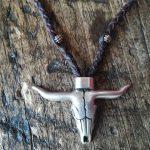 collar artesanal de cuero trenzado a mano con cabeza de bufalo, colgante artesanal de piel trenzado estilo boho con cabeza de bufalo Leonika piel