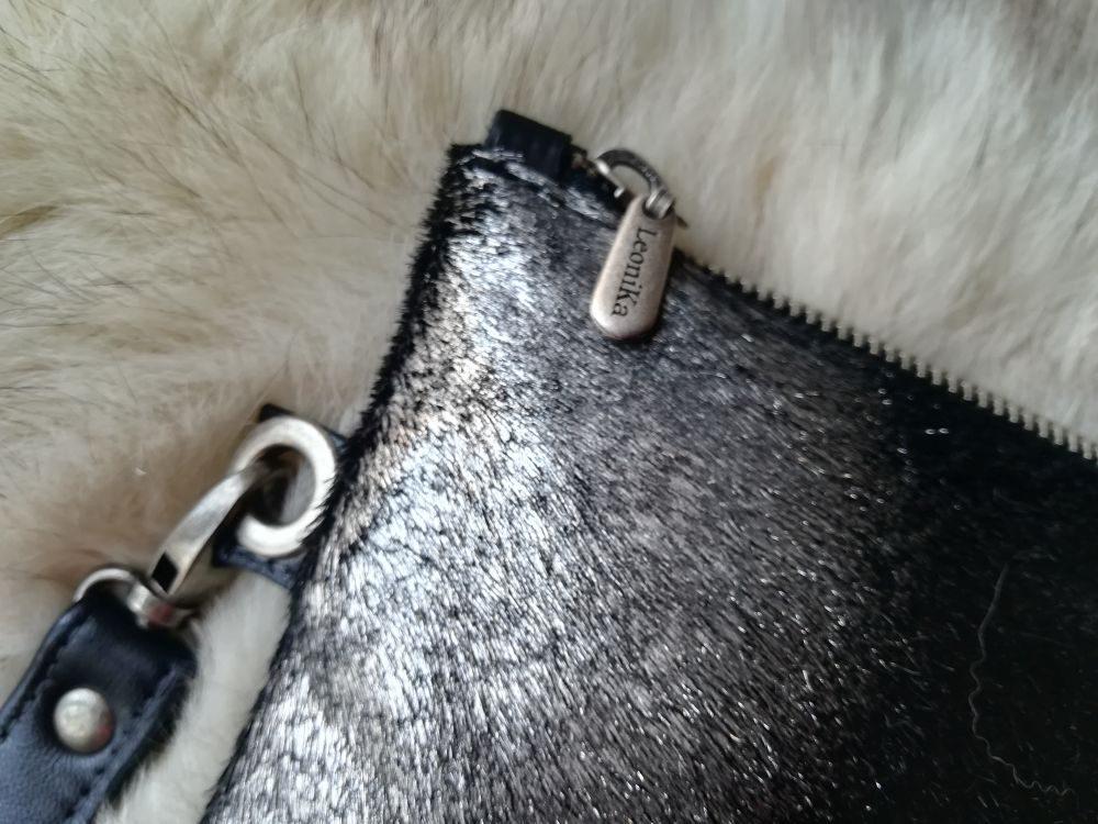 bolso de mano plateado y negro de piel para fiesta, cartera clutch negro y plata artesanal, bolso con flecos de piel leonikapiel