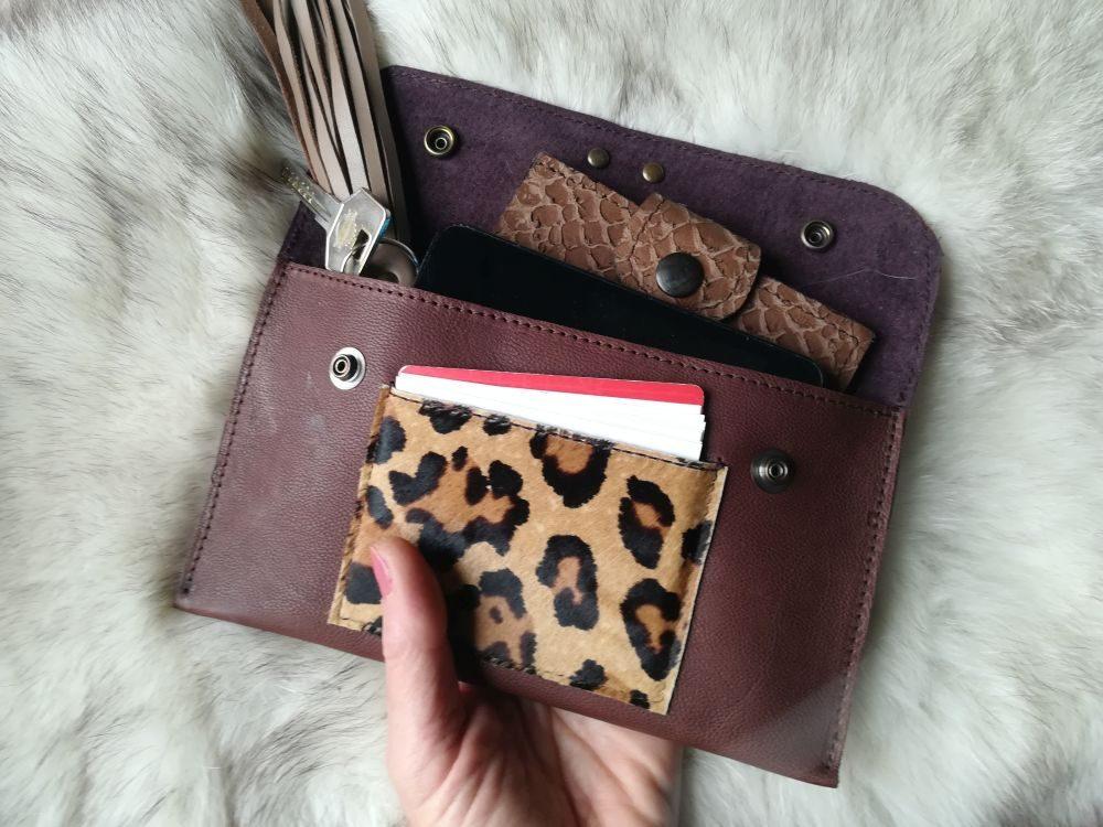 monedero artesanal de piel, cartera de piel marrón animal print leopardo Leonikapiel, monedero artesano de cuero para mujer Leonika