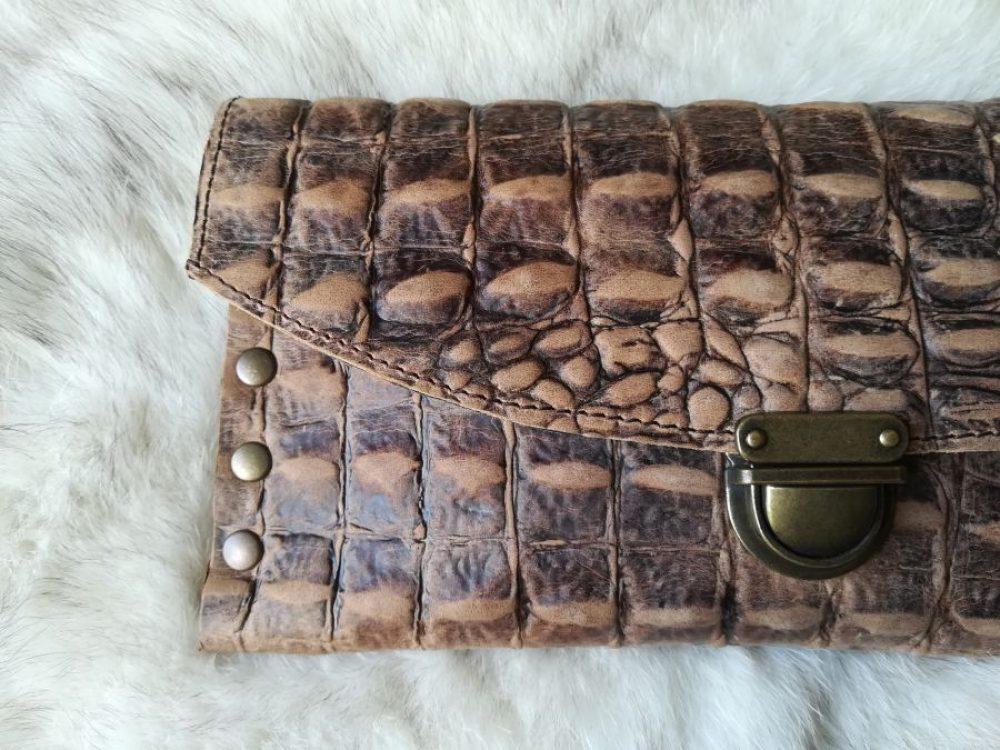 cartera piel grabada cocodrilo artesanal para mujer, modero cocodrilo con tachuelas artesanl, clutch hecho en España animal print caiman Leonika Piel