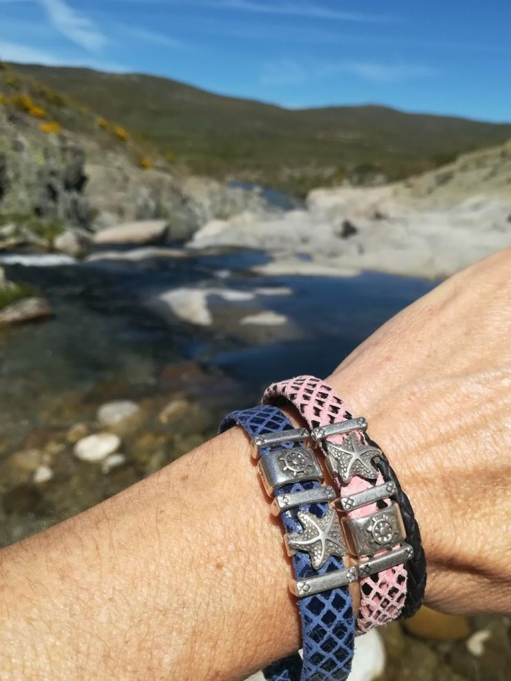 pulsera artesanal piel rosa con ancla, pulsera artesana cuero imitacion reptil, brazalete artesano con estrella mar, pulsera nautica de piel artesanal leonika piel (3)